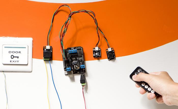 继电器使用样例:可以用继电器控制电动门。只需遥控器轻轻一按,红外传感器接收到信号,就能开关了。