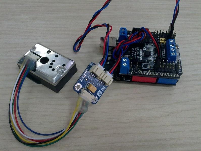 Sharp的粉尘传感器应用上比较麻烦,使用时需要外部连接一些电阻、电容和杜邦线。而且杂乱的接线让新手不知所措。所以我们特别设计了这样一块粉尘传感器转接模块,帮你搞定一切外部的电路连接。当连接Sharp GP2Y1010AU0F 粉尘传感器和Arduino时,只要将6针的连接线连接传感器和转接板,引出数字(带D标识)和模拟(带A标识)两个数据线。这两根数据线分别可以连接到Arduino的模拟和数字端口上。